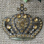 1032AM - AMBER STONE CANDLE PIN W / CROWN