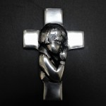 52355 - BOY PRAYING WALL CROSS